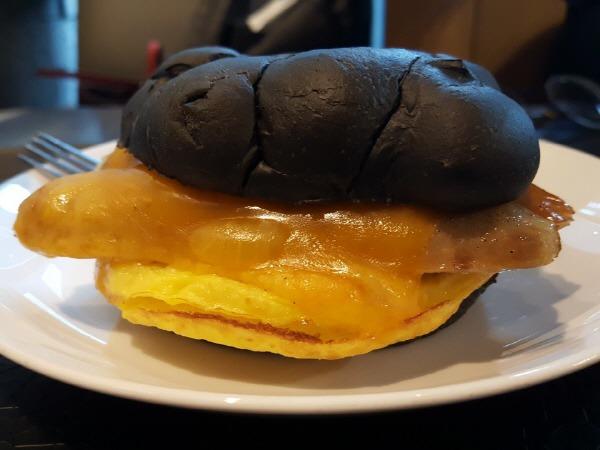 済州黒豚チョリソーイカ墨サンドイッチ